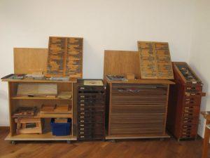 Setzpulte mit Setzkästen