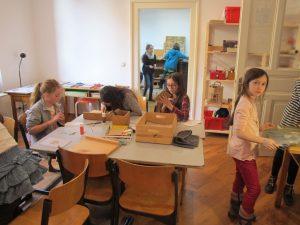 Kinder in der Lernwerkstatt