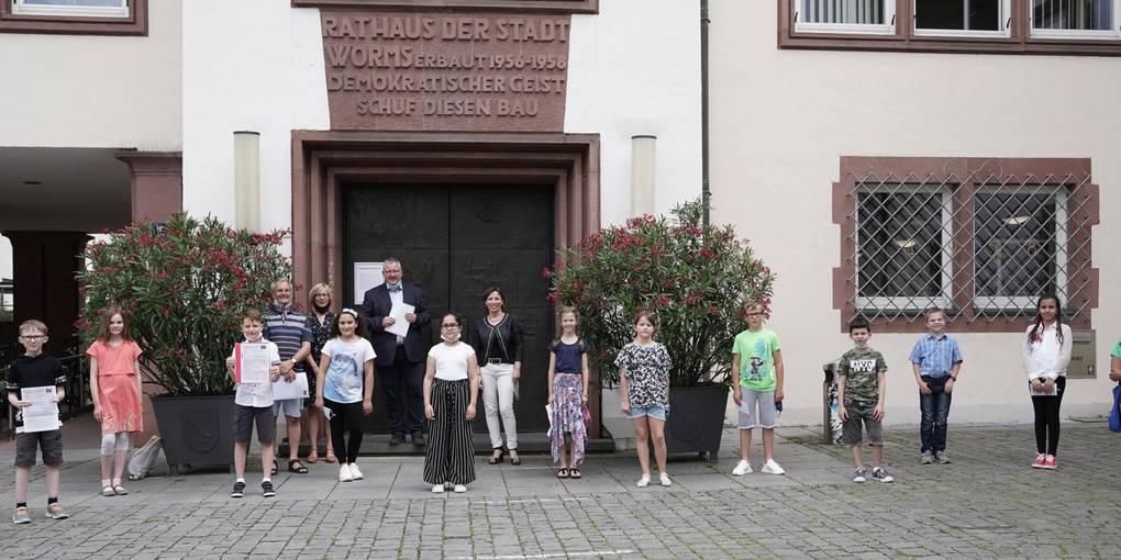 Rucksäcke, Lesegutscheine und Trinkflaschen gab es für die zwölf ausgewählten Schüler. Foto: BilderKartell/Boris Korpak